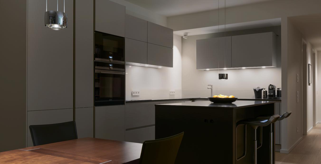 Der Blick in die Küche: Hier ist die Beleuchtung gleichermaßen funktional wie geschmackvoll.