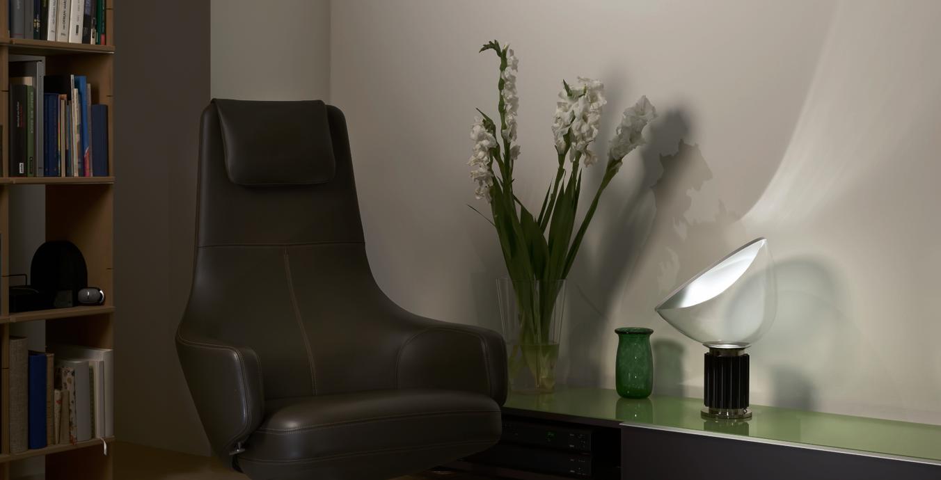 Auf dem Lowboard im Wohnzimmer setzt die Taccia Small LED von Flos stimmungsvolle Lichtakzente.