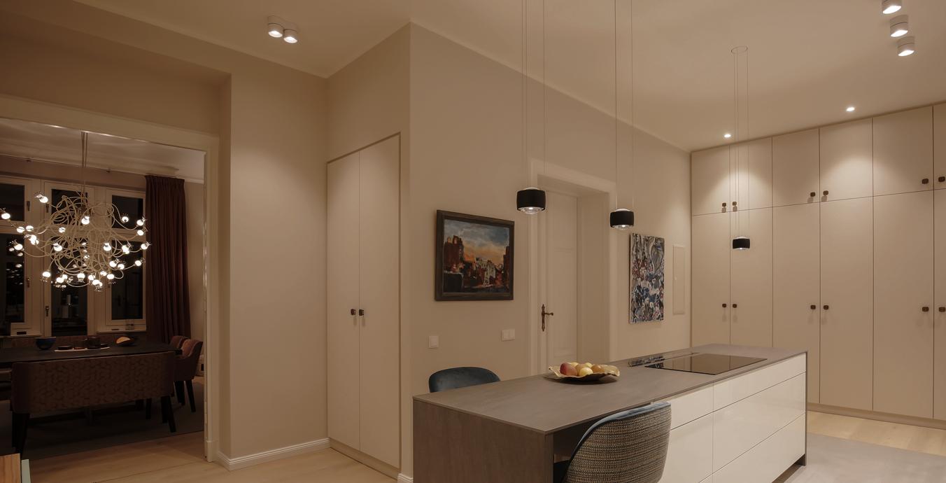Das Lichtkonzept wirkt direkt beim Betreten der Wohnung einladend und sehr angenehm.