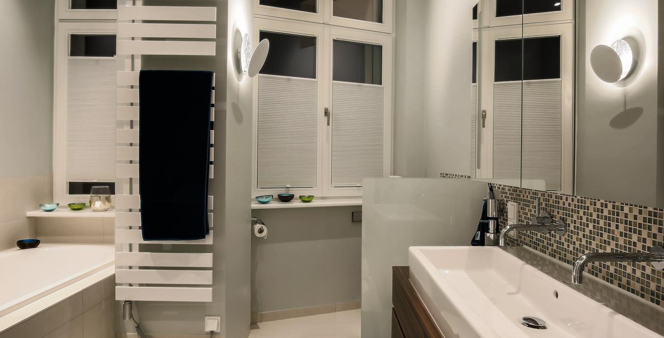 Im Badezimmer sorgt eine Sonderanfertigung der Lederam-Wandleuchte für gutes Licht.