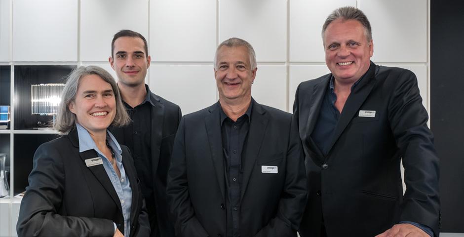 Im Frankfurter Showroom freut sich das Team auf kommende Lichtprojekte.